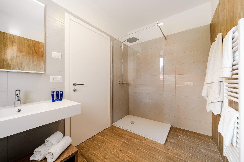 composizione bagno legno e bianco