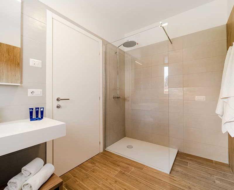 bagno moderno bianco legno