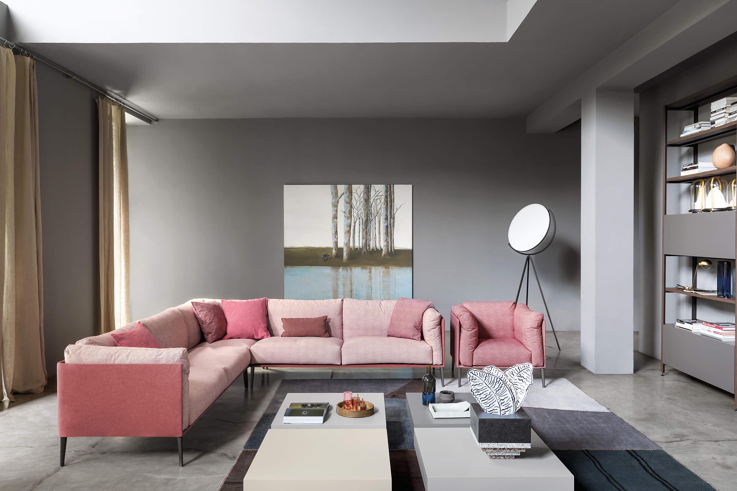 salotto divano tavolino e mensole